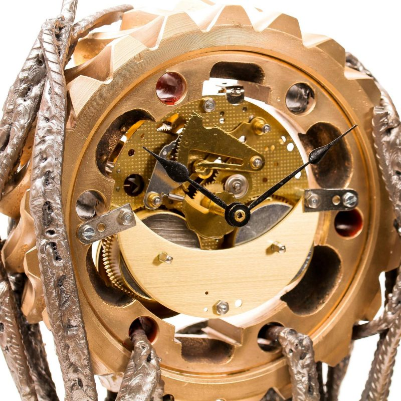 Transformation d'une horloge à poser BIM BAM en horloge moderne, détournement d'un pignon mécanique en bronze et de fer à béton pour la création de la structure contemporaine et design.