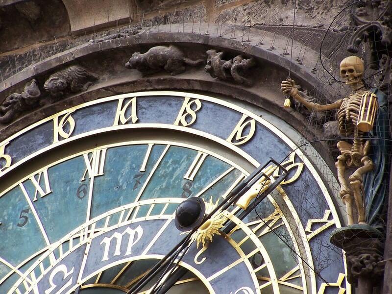 La faucheuse qui tient un sablier et tire une corde est l'automate emblématique de l'horloge astronomique de Prague.