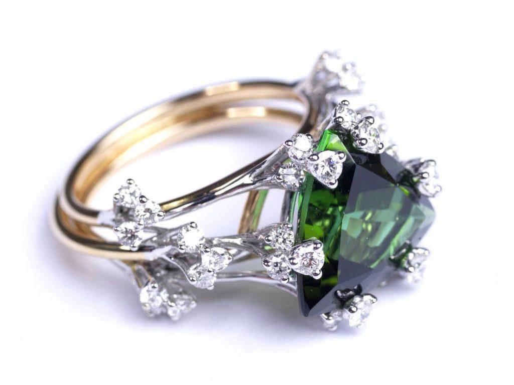 Notre création « Versailles en son jardin », créée à partir de saphir vert et de diamant