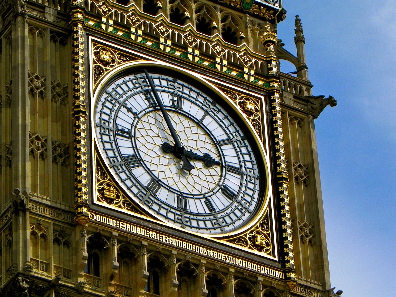Big Ben est pourvue de quatre cadrans aux dimensions titanesques