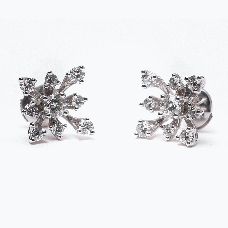 Au travail, des bijoux discrets mais originaux ajouteront un plus à votre look | Photo : Boucles d'oreilles Flocons de Neige Bianchi