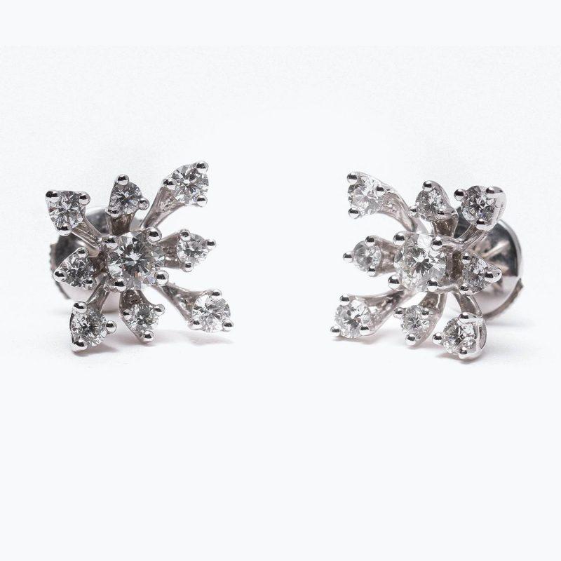 Boucle d'oreille « Flocon de neige », en or blanc et diamants Pièce unique réalisée à la main sur-mesure selon demande particulière du client. Ensemble de plus de 1.5 carats de diamants