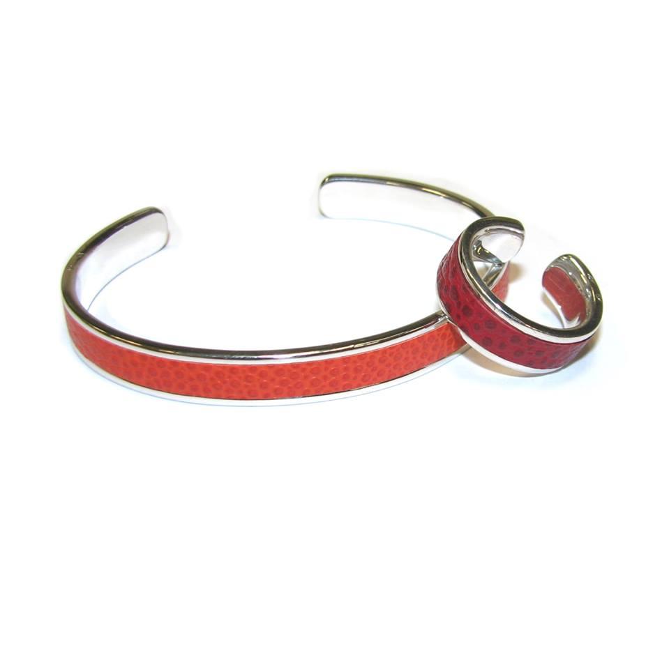 Un bracelet épais de type « jonc » sera mis en valeur par un ou des bracelets plus fins | Photo : Bague et bracelet en argent sertis de cuir Bianchi