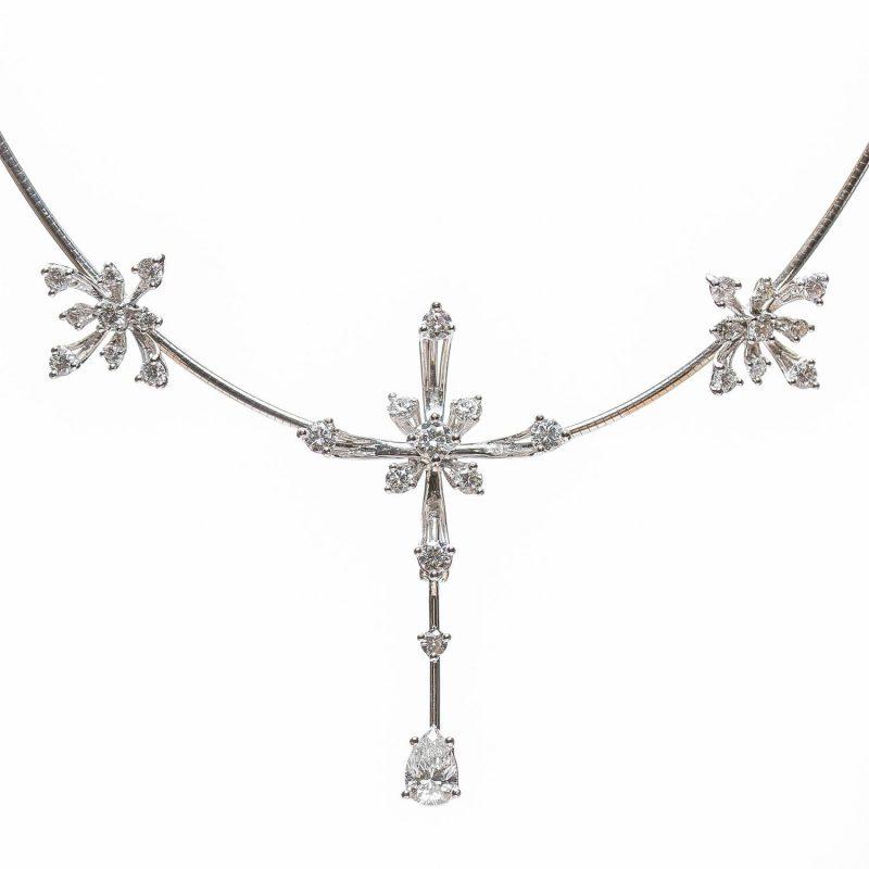 Collier « flocon de neige », en or blanc et diamants Pièce unique réalisée à la main sur-mesure selon demande particulière du client. Ensemble de plus de 3 carats de diamants