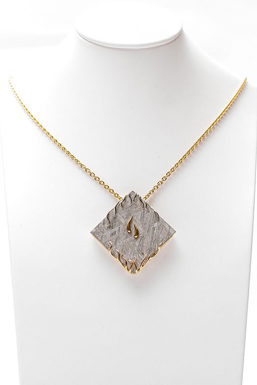 Allier un bijou moderne comme celui-ci à un bijou ancien risque de manquer de cohérence | Photo : collier Météorite en or blanc, jaune et rose Bianchi