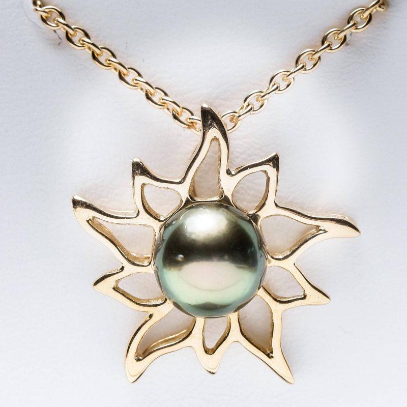 Collier pendentif « soleil des îles », en jaune 750/000 Pièce unique réalisée à la main sur-mesure avec la perle de notre cliente et son or.