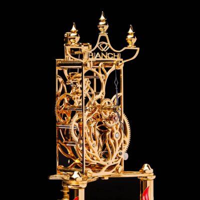 Transformation d'une horloge 400 jours mécanique en pièce squelette moderne puis recouvert d'or selon le thème choisi par le client. Pièce unique réalisée à la main dans nos ateliers.