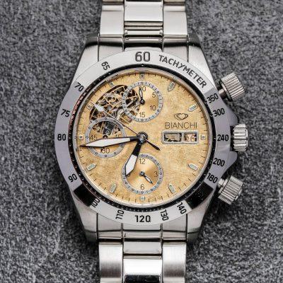 Montre Chronographe sur-mesure, cœur ouvert, double guichet à 3 heures, trois compteurs, index en relief et cadran mat brossé recouvert d'or fin.