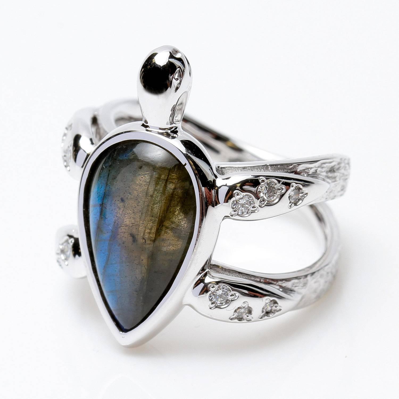 Les bijoux fins, en argent ou en or blanc, s'accordent avec tout | Photo : bague tortue en or blanc Bianchi