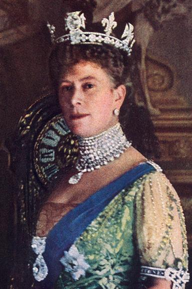 La Reine Mary portant la Grande étoile d'Afrique et la Seconde en broche sur sa broche, le III comme pendentif et le IV à la base de sa couronne   Source photo